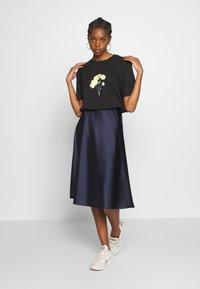 NA-KD - LINE FLOWER PRINTED TEE - Print T-shirt - black - 1