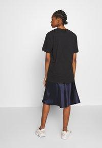 NA-KD - LINE FLOWER PRINTED TEE - Print T-shirt - black - 2