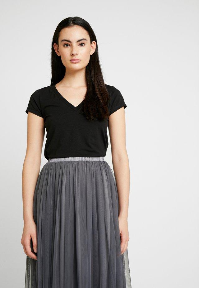 Pamela Reif x NA-KD DEEP V-NECK - Jednoduché triko - black