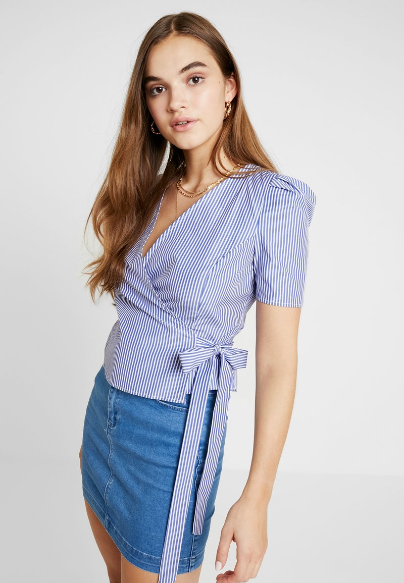 NA-KD - STRIPED WRAP OVER SIDE - Bluse - blue/white