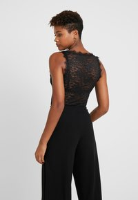 NA-KD - ADORABLE CARO SLEEVELESS LACE BODY - Blus - black - 2