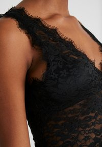 NA-KD - ADORABLE CARO SLEEVELESS LACE BODY - Blus - black - 4
