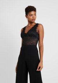 NA-KD - ADORABLE CARO SLEEVELESS LACE BODY - Blus - black - 0