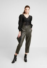 NA-KD - VOLUME PUFFY SLEEVE BLOUSE - Bluser - black - 1