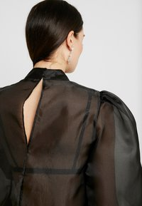 NA-KD - VOLUME SLEEVE BLOUSE - Blus - black - 4
