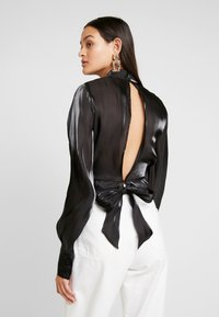 NA-KD - OPEN BACK TIE DETAIL BLOUSE - Blůza - black - 2