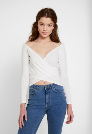 Pamela Reif x NA-KD BARDOT WRAP FRONT CROP - Topper langermet - off white
