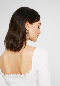 NA-KD - Pamela Reif x NA-KD SQUARE NECK CROP TOP - Top sdlouhým rukávem - white - 4
