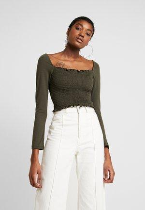 Pamela Reif x NA-KD SQUARE NECK CROP TOP - T-shirt à manches longues - khaki