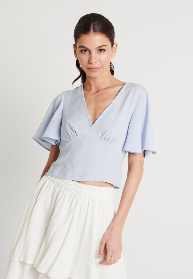 ZALANDO X NA-KD V-NECK FLOWY BLOUSE - Bluzka - dusty blue