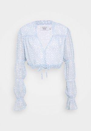 PAMELA REIF X NA-KD TIE DETAIL PUFFY SLEEVE - Bluse - light blue