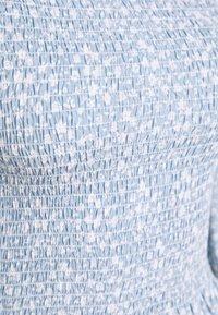 NA-KD - PAMELA REIF X NA-KD PUFFY SLEEVE SMOCKED - Bluzka - light blue - 2