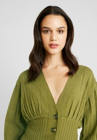 NA-KD - SHORT - Cardigan - olive green - 3