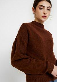 NA-KD - HANNA WEIG X DROP SHOULDER PULLOVER - Stickad tröja - brown - 3
