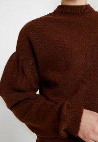 NA-KD - HANNA WEIG X DROP SHOULDER PULLOVER - Stickad tröja - brown - 5