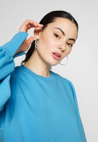 NA-KD - PUFF SLEEVE SPLIT CUFF  - Sweater - blue - 4