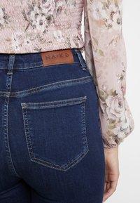 NA-KD - HIGH WAIST OPEN HEM - Jeans Skinny Fit - dark blue - 5
