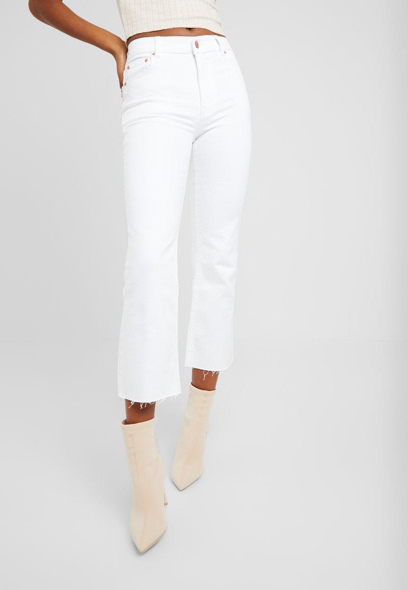 NA-KD - RAW HEM KICK - Flared Jeans - white