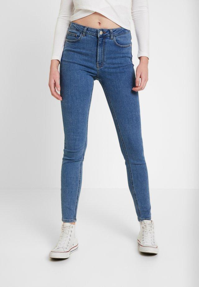 Pamela Reif x NA-KD HIGH WAIST - Jeans Skinny Fit - mid blue