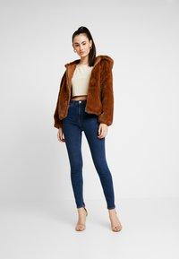 NA-KD - Pamela Reif x NA-KD HIGH WAIST - Jeans Skinny Fit - dark blue - 1