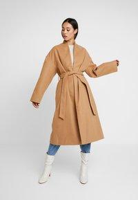 NA-KD - CLASSIC LONG COAT - Zimní kabát - camel - 0
