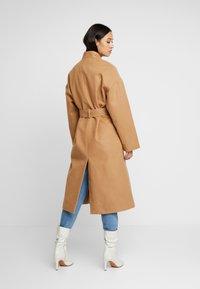 NA-KD - CLASSIC LONG COAT - Zimní kabát - camel - 2