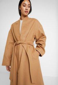NA-KD - CLASSIC LONG COAT - Zimní kabát - camel - 3