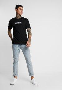 Napapijri The Tribe - SOX  - T-shirt imprimé - black - 1