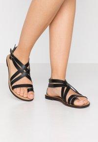 NAE Vegan Shoes - ITACA - Sandály s odděleným palcem - black - 0