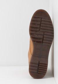 NAE Vegan Shoes - TRINA - Kotníkové boty na platformě - camel - 6