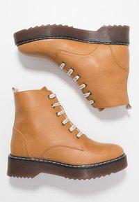 NAE Vegan Shoes - TRINA - Kotníkové boty na platformě - camel - 3