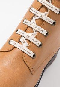 NAE Vegan Shoes - TRINA - Kotníkové boty na platformě - camel - 2