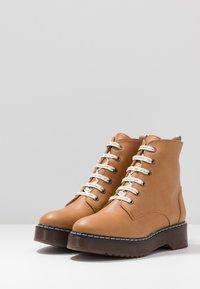 NAE Vegan Shoes - TRINA - Kotníkové boty na platformě - camel - 4