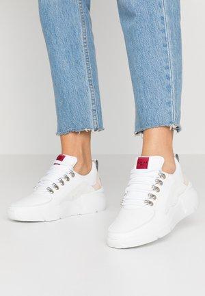 LUCY ROYAL CROCO - Sneaker low - white