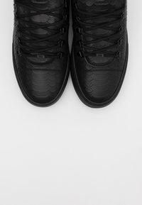 Nubikk - JAGGER CLASSIC PYTHON - Sneakers basse - black - 5