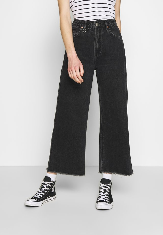 PIXIE CROP - Jeansy Dzwony - dusty black