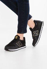 New Balance - GW500 - Sneakersy niskie - black/gold - 0