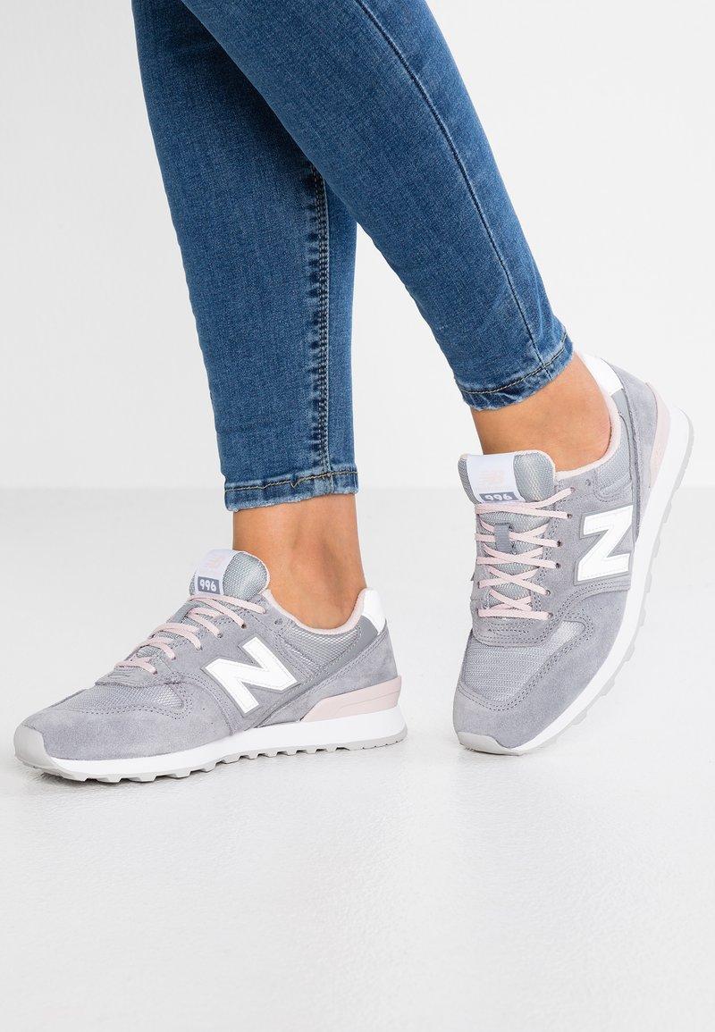 New Balance - WR996 - Sneakers laag - gunmetal