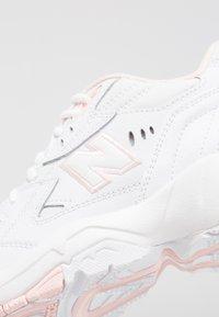 New Balance - WX608 - Matalavartiset tennarit - white/pink - 6