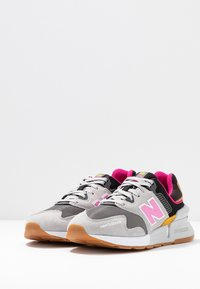 New Balance - WS997 - Sneakers - grey/pink - 4