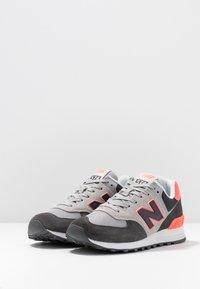 New Balance - WL574 - Matalavartiset tennarit - black/pink - 4