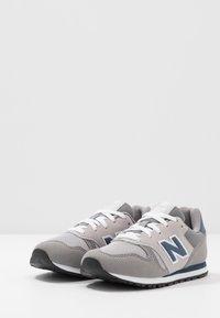 New Balance - YC373KG - Sneakersy niskie - grey/navy - 3
