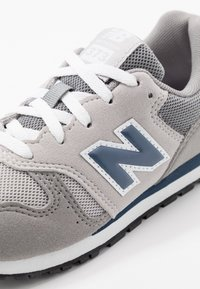New Balance - YC373KG - Sneakersy niskie - grey/navy - 2
