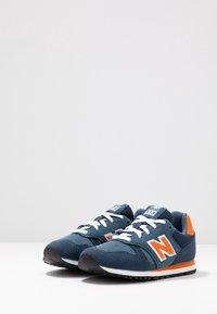 New Balance - YC373KG - Zapatillas - navy/orange - 3