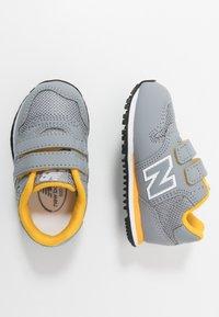 New Balance - IV500RG - Sneakersy niskie - grey/yellow - 0