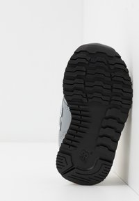 New Balance - IV500RG - Sneakersy niskie - grey/yellow - 5