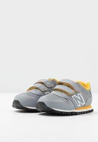 New Balance - IV500RG - Sneakersy niskie - grey/yellow - 3
