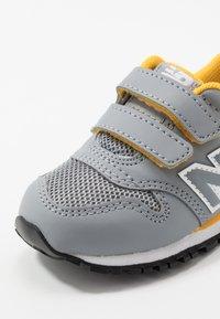 New Balance - IV500RG - Sneakersy niskie - grey/yellow - 2