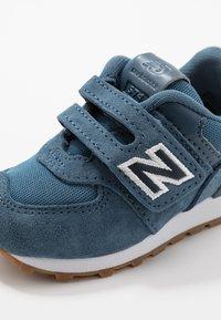 New Balance - IV574PRN - Sneakersy niskie - navy - 2