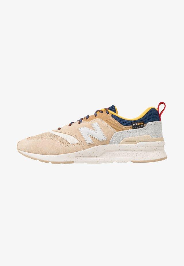 CM997 - Sneakers laag - tan
